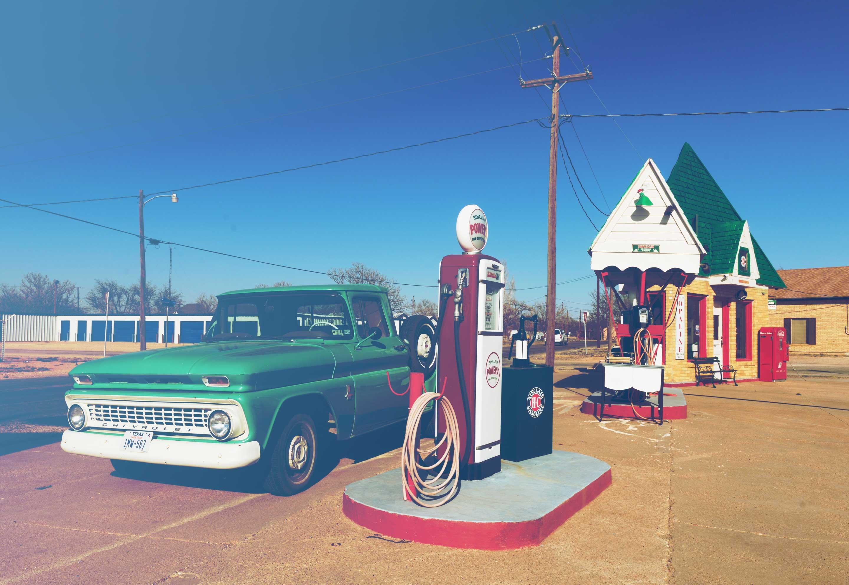 Benzine station met een old-timer