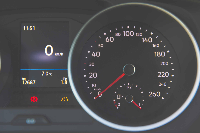 Dashboard achter stuur auto