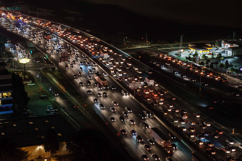 Drukke snelweg met langzaam rijdend verkeer