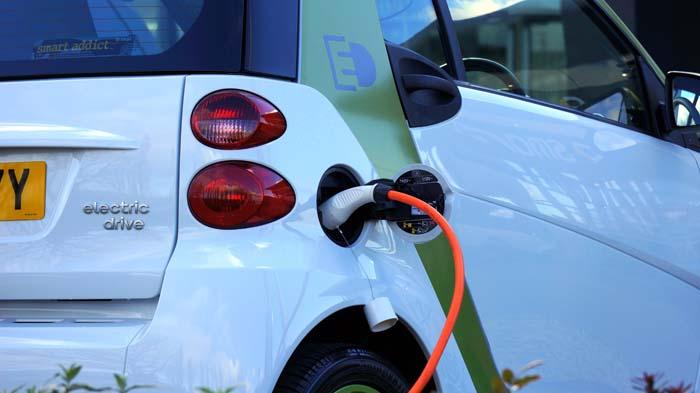 Auto die geladen wordt met elektriciteit