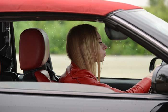 Vrouw kijkt geconcentreerd naar stuur