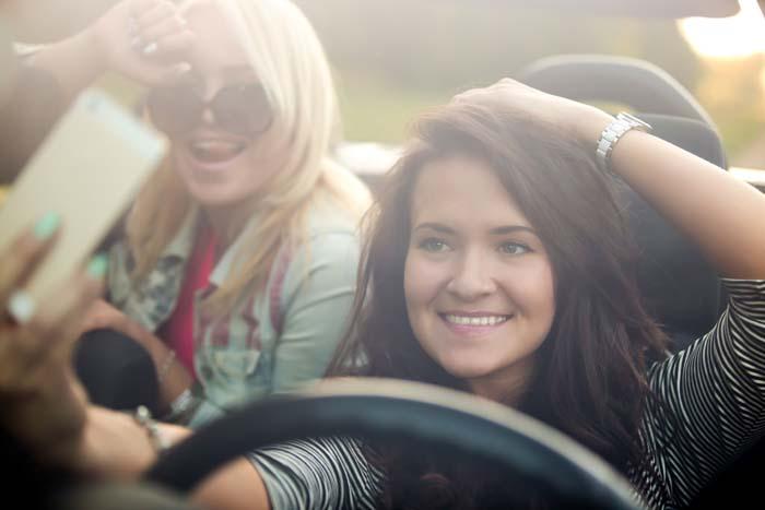 Vriendinnen maken selfie in de auto