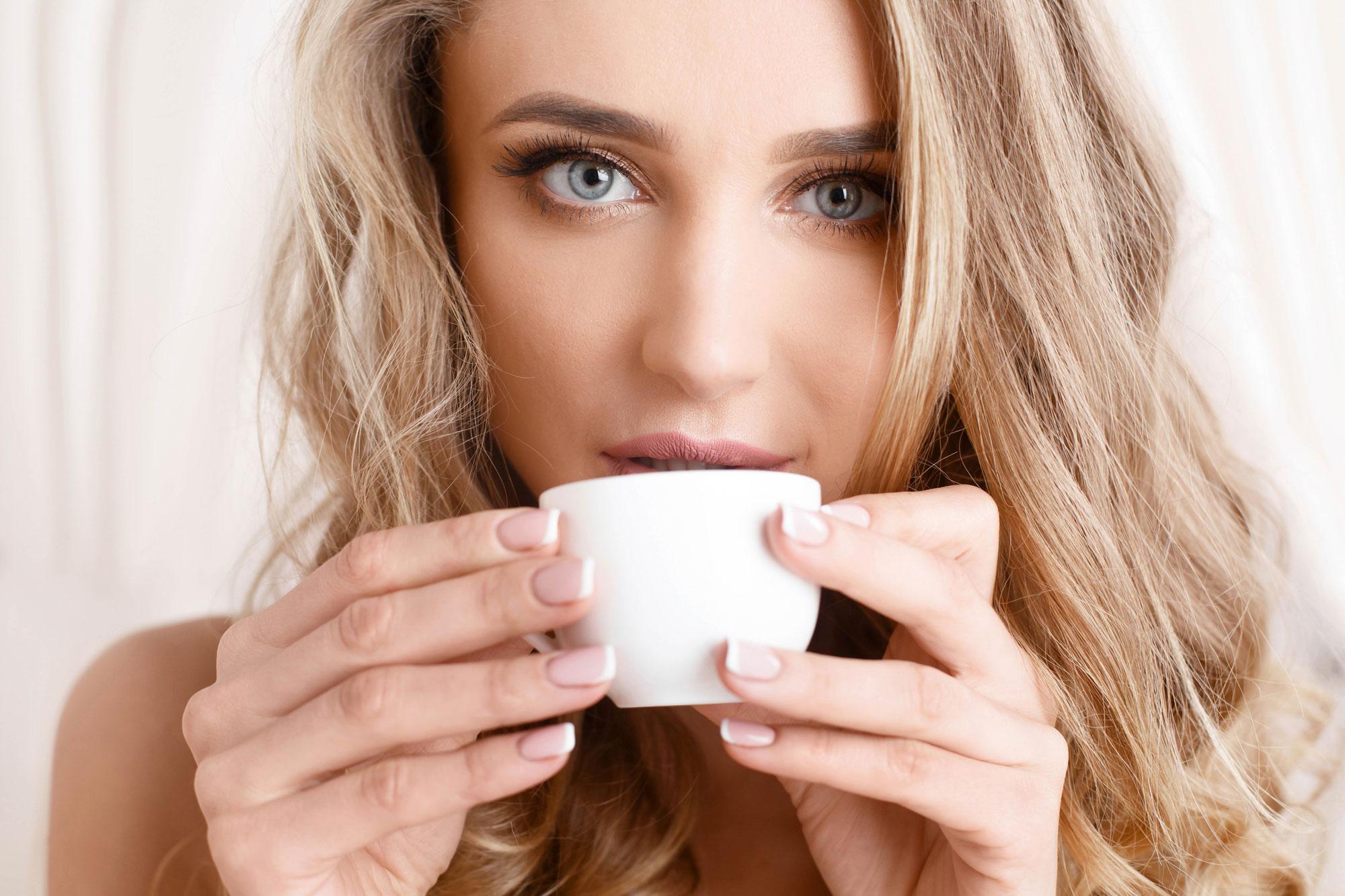 Blond Meisje met Kop Koffie