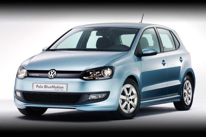 Voorkant Volkswagen Polo Bluemotion, geparkeerd in landschap