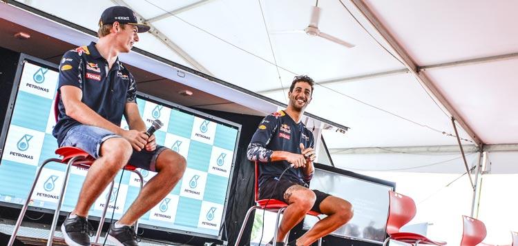 Ricciardo en Verstappen beide zittend op een stoel