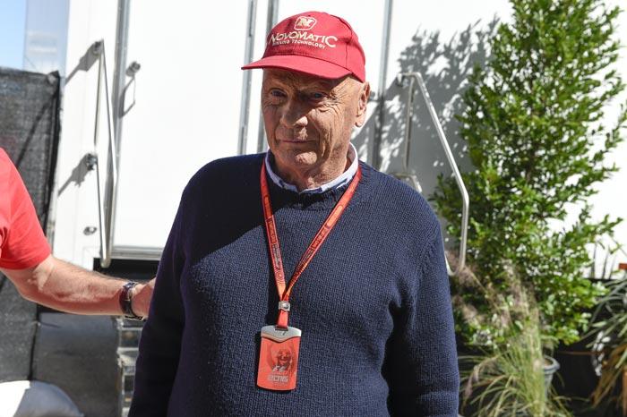 Niki Lauder met rode pet op
