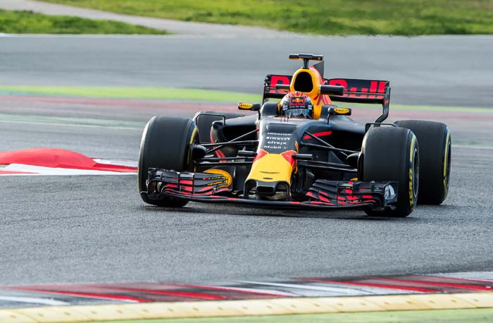 Max Verstappen in formule 1-auto in Barcelona