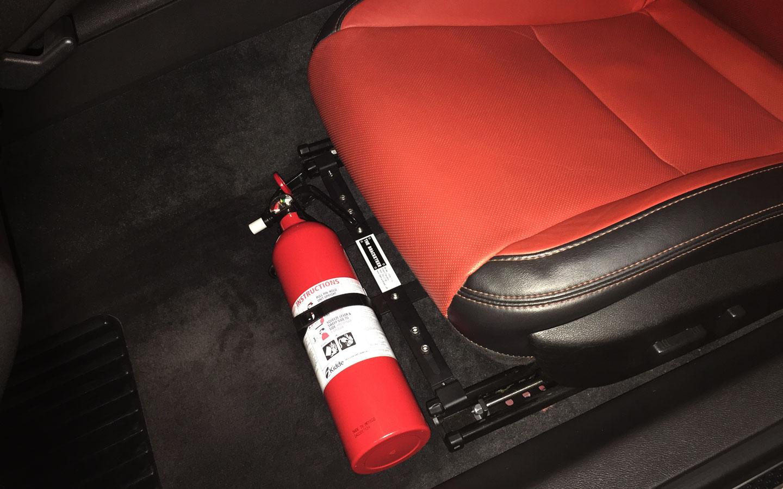 Auto brandblusser bevestigd onder autostoel