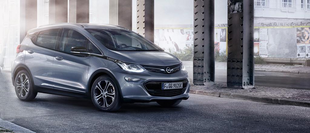 Grijze Opel Ampera-e vooraanzicht